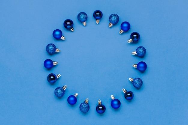 Синий безделушка в форме круга на синем фоне для места для текста цвет года 2020