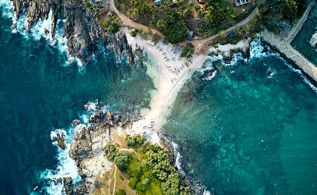 Голубой пляж острова нилвелла. вид с воздуха на южном побережье острова шри-ланка