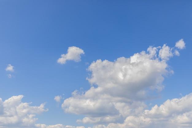 Голубое красивое небо со свежими белыми облаками.