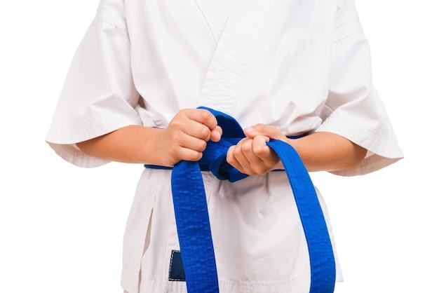 青いベルト。黒帯に結び目を結ぶ着物姿の少年