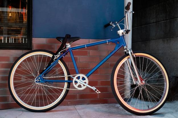 Синий велосипед на открытом воздухе
