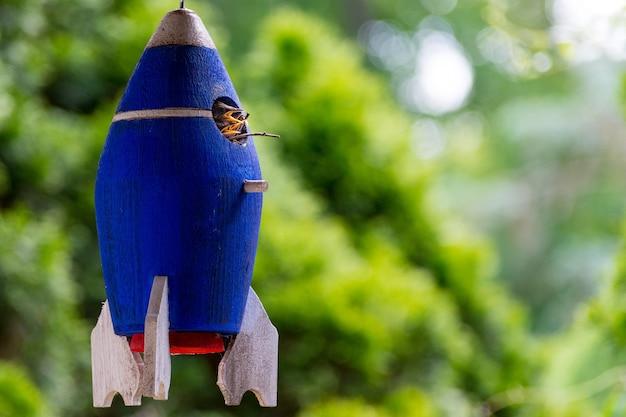 ロケットの形をした青い鳥の巣