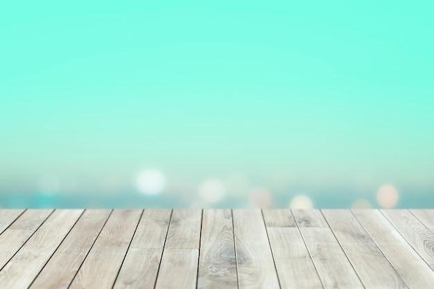 Cielo blu sfocato con tavole di legno sullo sfondo del prodotto