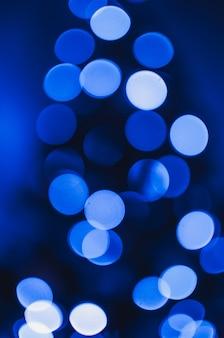크리스마스 트리의 led 화환에서 파란색 보케. 축제 bokeh와 빛의 개념입니다. 공간을 복사합니다.