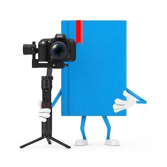 흰색 배경에 dslr 또는 비디오 카메라 짐벌 안정화 삼각대 시스템이 있는 파란색 책 캐릭터 마스코트. 3d 렌더링