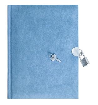 白い背景で隔離の南京錠と鍵と青い本。再生紙
