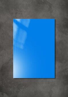 어두운 콘크리트 배경에 파란색 책자 표지