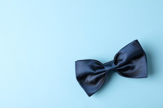 色の背景、テキスト用のスペースに青い蝶ネクタイ