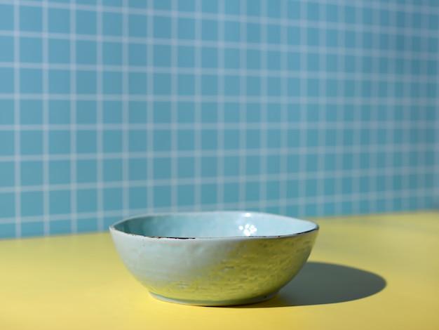 식탁에 파란색 그릇