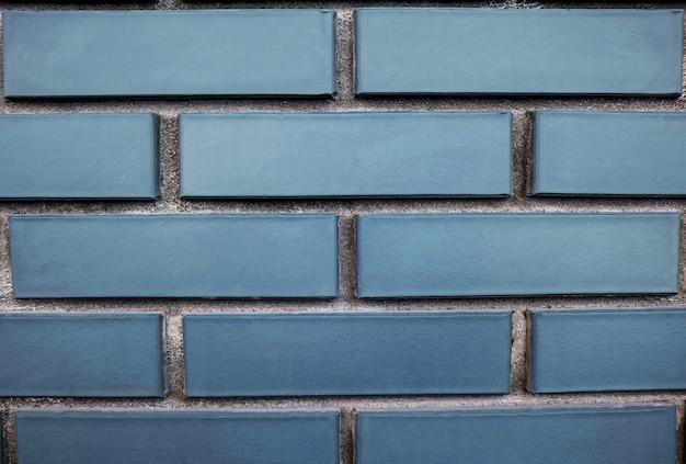 背景として青いレンガの壁