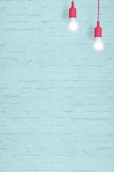 Синяя кирпичная стена с лампочками с копией пространства. вертикальный формат