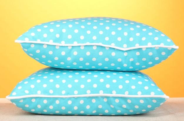 주황색 벽에 파란색 밝은 베개