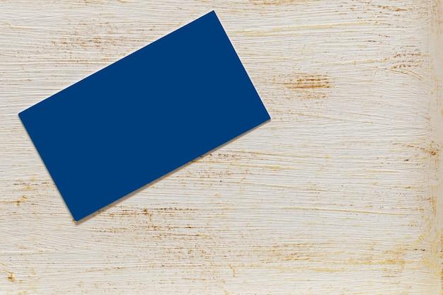 Синяя визитка на столе с патиной