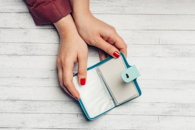 파란색 명함 지갑과 나무 테이블 여성 수업 밝은 손톱