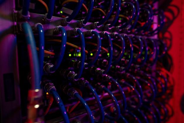 Синие кабели серверной стойки