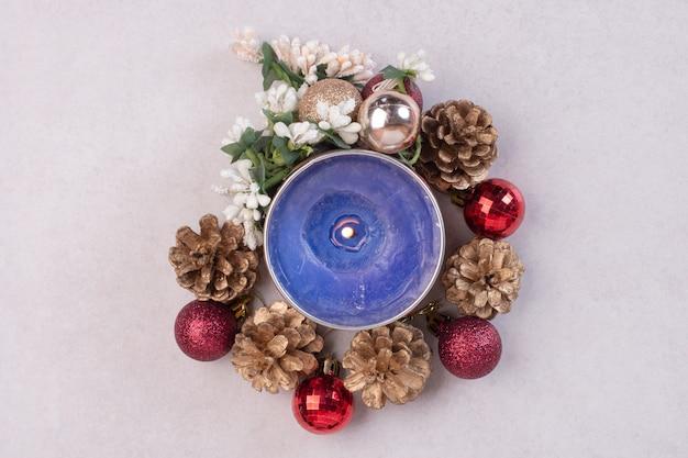 크리스마스 공 및 pinecones와 푸른 촛불