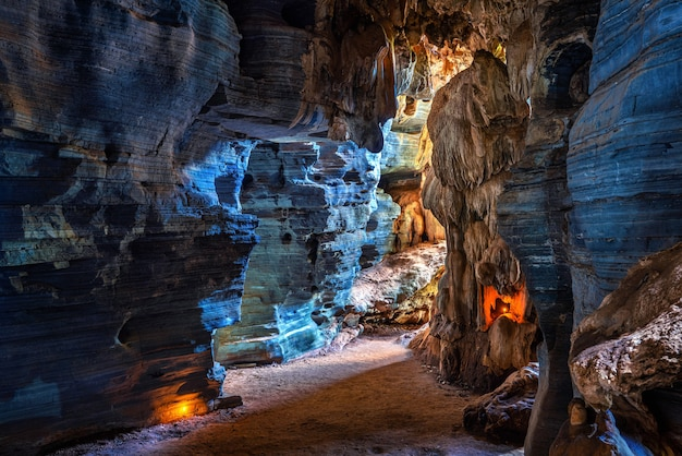 タイ、ターク県の青い洞窟