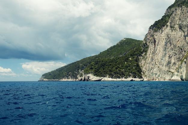 Zakynthos 섬, 그리스, 여름날에 푸른 동굴
