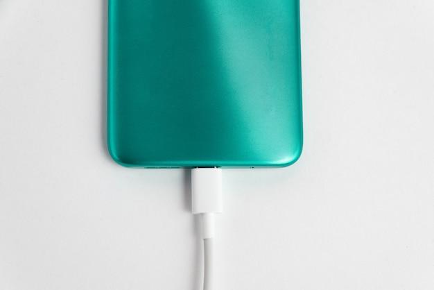 Usbケーブルタイプcに接続された青い携帯電話-充電