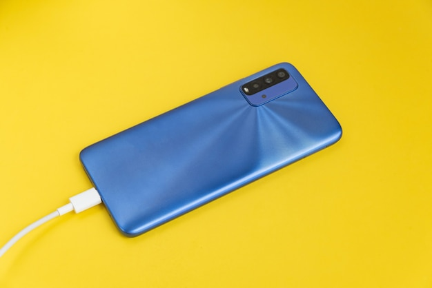 Usb 케이블 형태로 연결된 파란색 휴대폰 - 충전 중