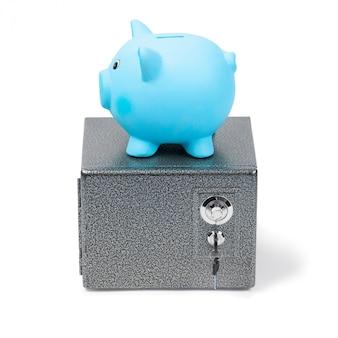 白い背景に分離された金庫に青いセラミック貯金箱立って
