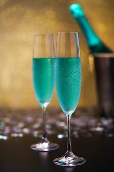テーブルの上のグラスに青いシャンパン