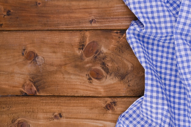 素朴な木製のテーブルに青い市松模様のキッチンテーブルクロス