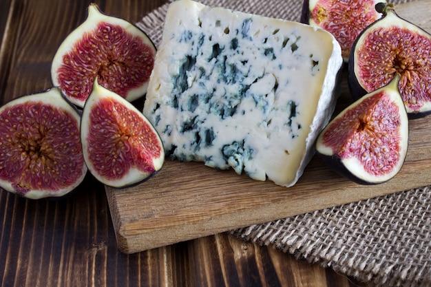 ブルーチーズと茶色のまな板の上のイチジク