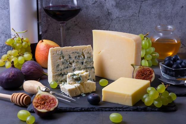 블랙 보드에 블루 치즈와 치즈