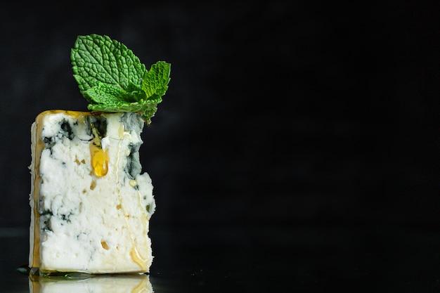 염소 양 또는 젖소 로크 포르로 만든 블루 치즈 유제품