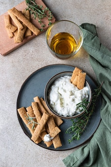 Заправка из голубого сыра или соус дип с розмарином и палочками для имбирного печенья.