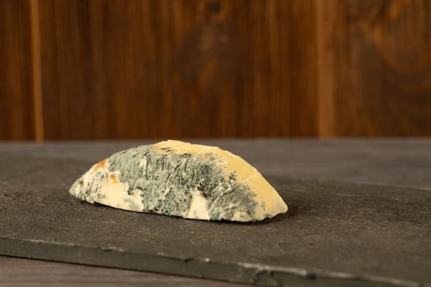 素朴な背景にブルーチーズのゴルゴンゾーラ。カビチーズ