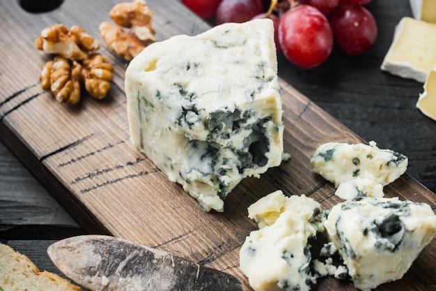 검은 나무 테이블에 블루 치즈 gorgonzola 세트