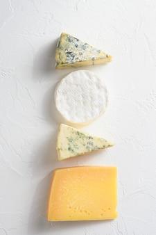 Голубой сыр на столе