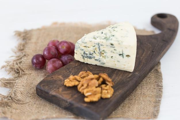 Голубой сыр или бри с виноградом и орехами.