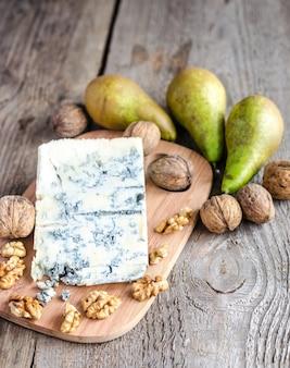 Голубой сыр с грушами и грецкими орехами