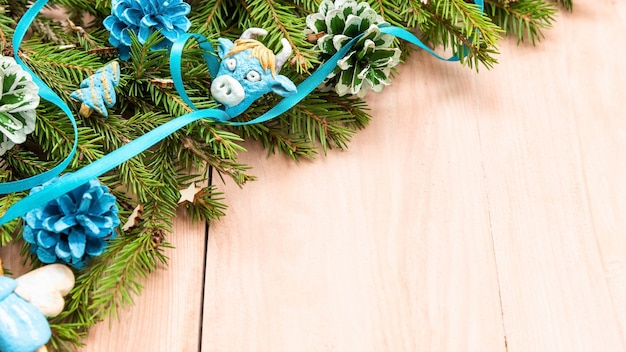 Голубые рождественские ангелы на еловых ветках от ели.