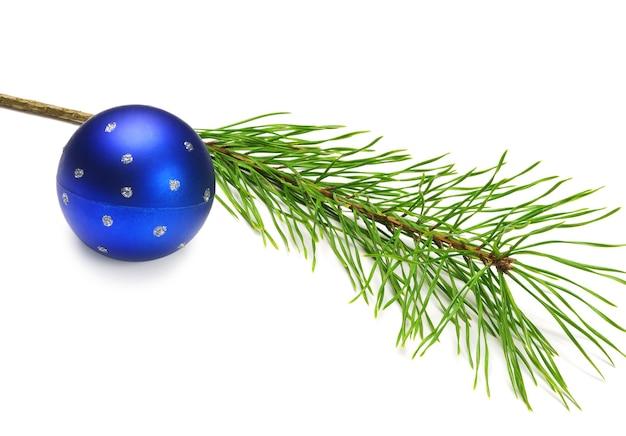 白の青いクリスマスボールと松の枝