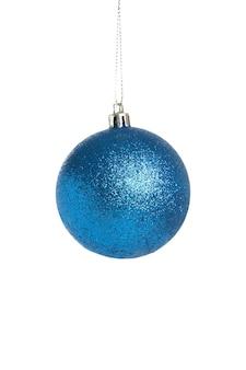 白い背景で隔離の青いクリスマスボール。上面図