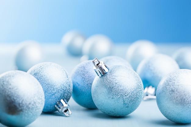 青いクリスマスボールの装飾