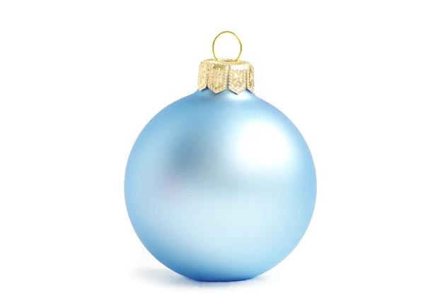 白い壁に分離された青いクリスマスボール