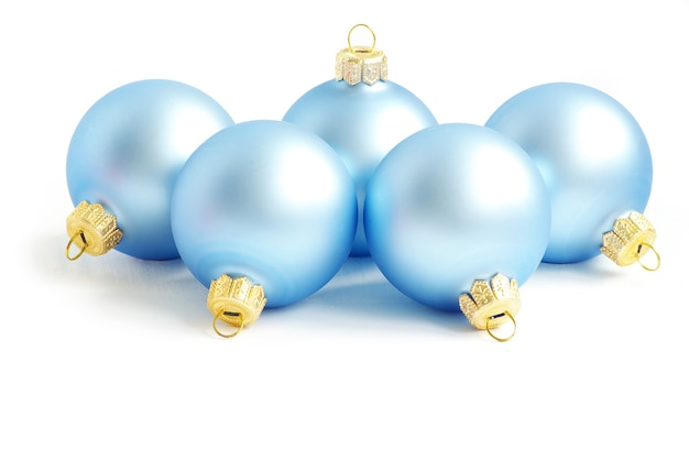白で隔離の青いクリスマスボール
