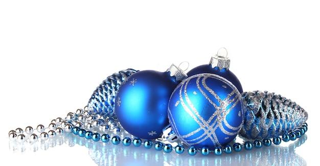 分離された青いクリスマスボール