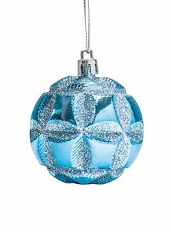 青いクリスマスの装飾は、白い背景で隔離のぶら下げ