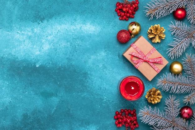 トウヒの木の枝と休日の装飾と青いクリスマスフレームの境界線。お祝いテンプレート、モックアップ