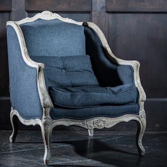 빈티지 룸에서 블루 클래식 스타일 안락 의자 소파 소파