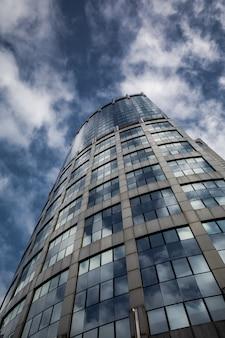 Синяя чистая стеклянная стена современного небоскреба
