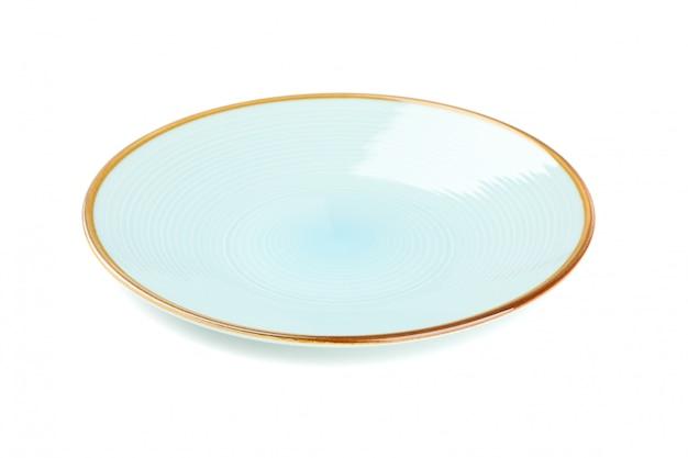 Голубая чистая тарелка, изолированная на белом