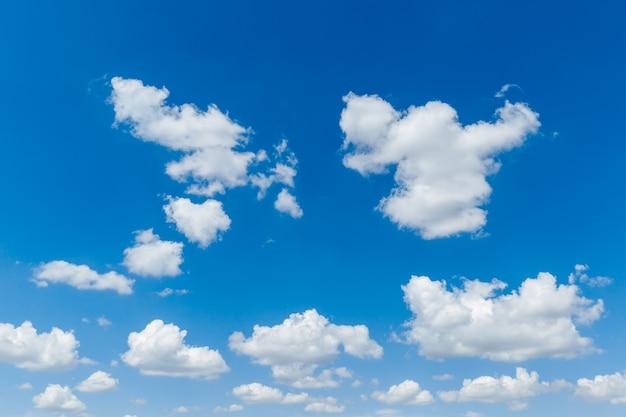 하얀 솜 털 구름 자연 배경으로 푸른 맑은 하늘