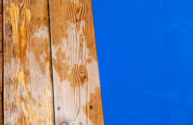 Голубая прозрачная вода в открытом бассейне. края бассейна деревянные. водный фон, рябь и поток с волнами. море, поверхность океана. вид сверху сверху с местом для текста.